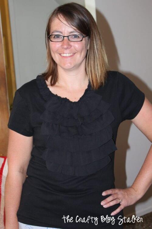 eine Frau, die das gekräuselte Hemd trägt