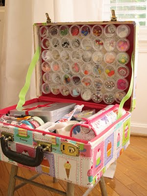 You can make all sorts of amazing projects with vintage suitcases. This collection of ideas will help you think of ways to use that old suitcase.