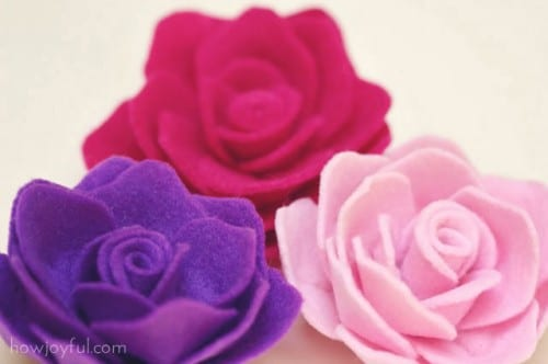 20 Beautiful Fabric Flowers Tutorials, a roundup of fabric flowers featured by top US craft blog, The Crafty Blog Stalker: Felt Roses