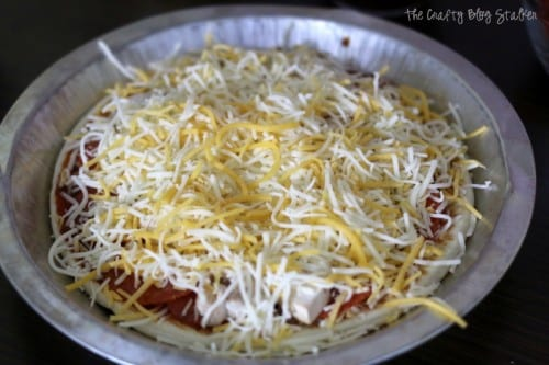 How to make pita bread pizza. A delicious family dinner recipe where everyone can make their own with their favorite toppings. Easy and delicious!