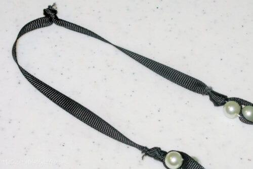 hacer un nudo al final del collar de perlas