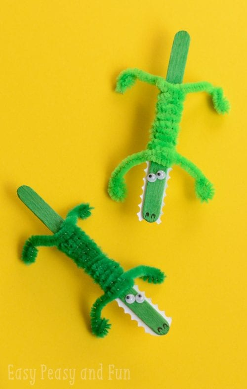 Easy Popsicle Stick Crafts featured by top US craft blog:  popsicle stick crocodile