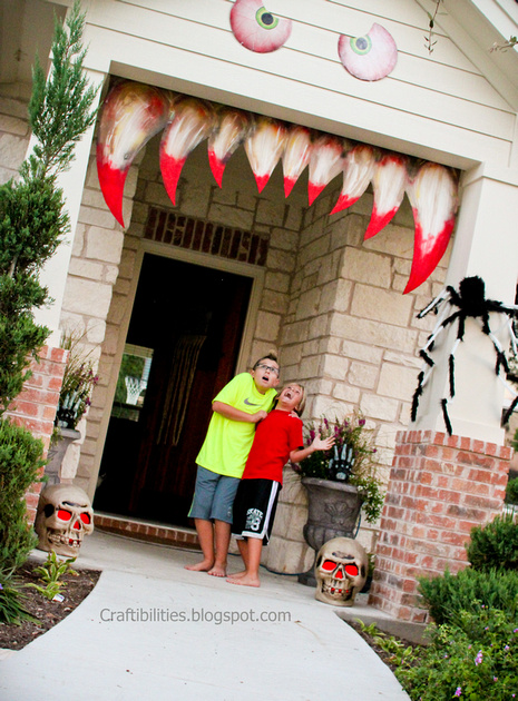 Halloween Porch Decor Ideas featured by top US craft blog, The Crafty Blog Stalker.