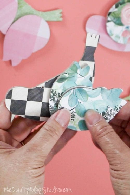 Musterpapier bedeckte Stücke für die hängenden Vögel