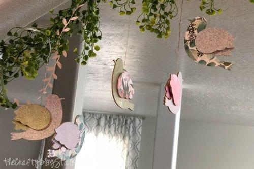 Vogelgirlande, die in einem Haus hängt