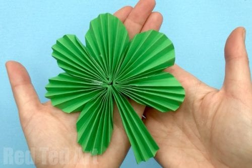 20 Lucky St. Patrick's Day Crafts for Kids featured by top US craft blog, The Crafty Blog Stalker: Paper Fan Shamrock