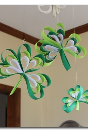 20 Lucky St. Patrick's Day Crafts for Kids featured by top US craft blog, The Crafty Blog Stalker: Paper Strip Shamrock