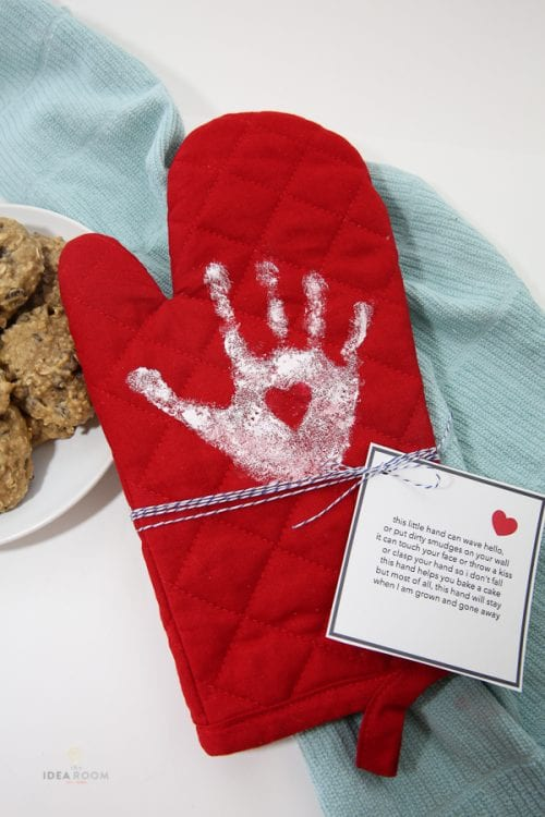 20 Easy Handmade Gifts for Mom on Mother's Day, featured by top US craft blog, The Crafty Blog Stalker: Mother's Day Gift Handprint Oven Mitt