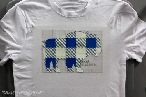 Hinzufügen der karierten Schicht unschmelzbarer Tinte zum Büffelpyjama-Shirt