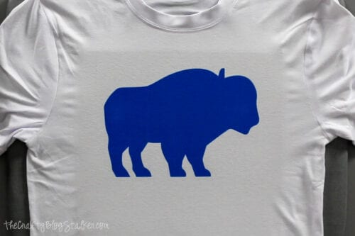 ein blauer Büffel auf einem Hemd mit Cricut unschmelzbarer Tinte