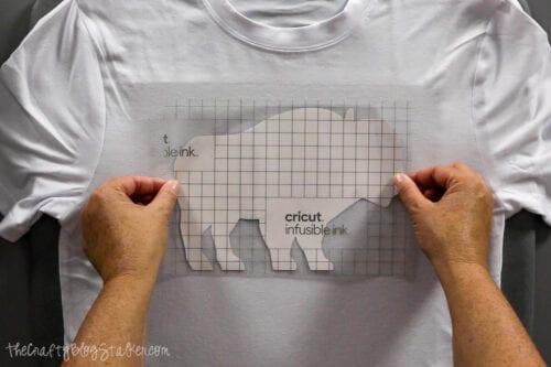 Aufbringen eines unschmelzbaren Tintenübertragungsblatts auf ein T-Shirt